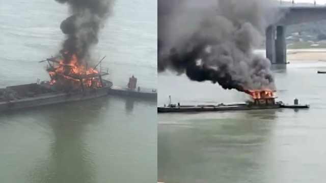 江津一货船江中起火,现场浓烟滚滚