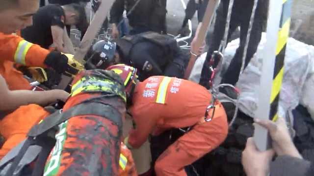 民警营救中毒工人时坠井,两人送医