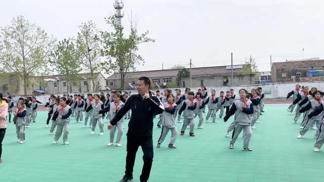 好嗨!小学副校长课间带头跳鬼步舞