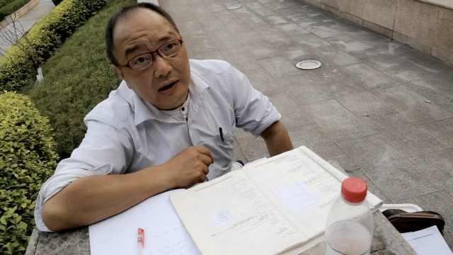 58岁叔公园看书备自考:目标双学位