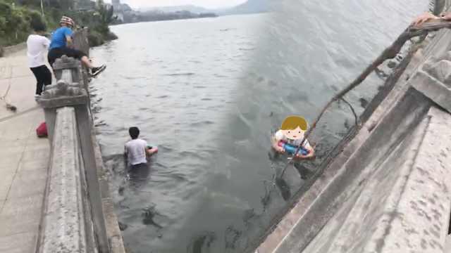 小伙跳江,他用2米长树枝拖百米施救