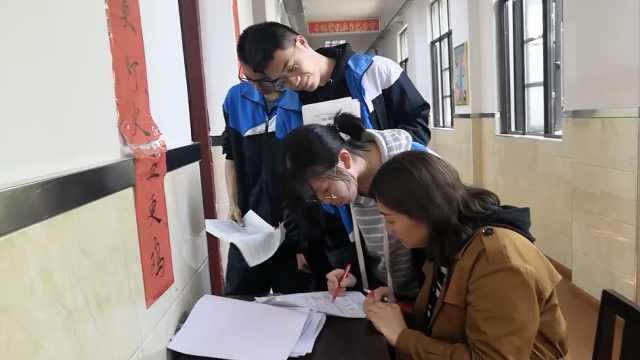 迎战高考,老师走廊摆讲桌及时答疑