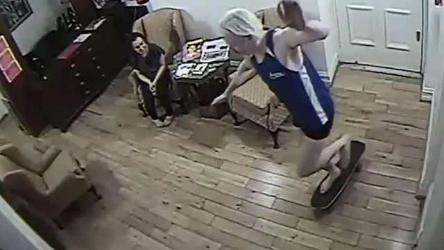 阿桑奇使馆视频曝光:穿背心玩滑板