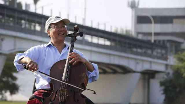 大提琴家马友友在美墨边境演奏巴赫
