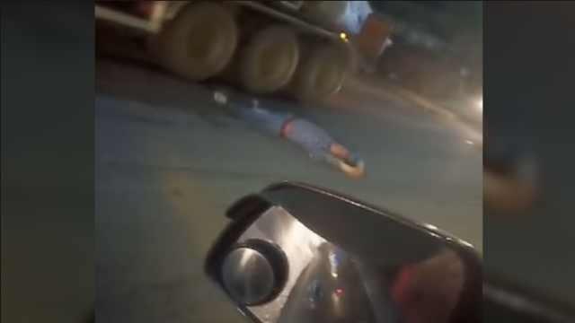 男子与家人吵架,横躺公路逼停车辆