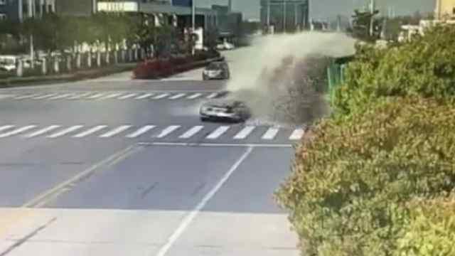 两车相撞,损毁严重