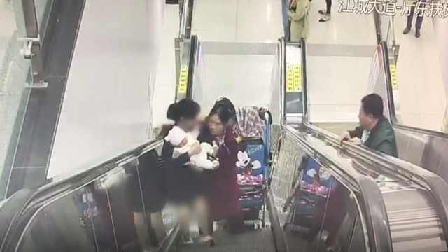 妈妈抱娃电梯跌倒,女孩闪电般扶起