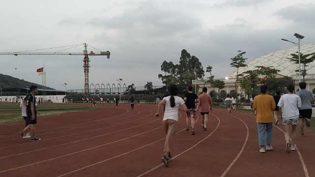 高校对旷课学生罚跑:不跑全班陪着