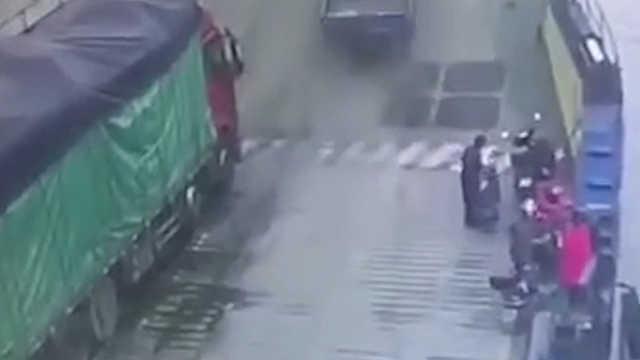 货车上轮渡,却一头扎进长江