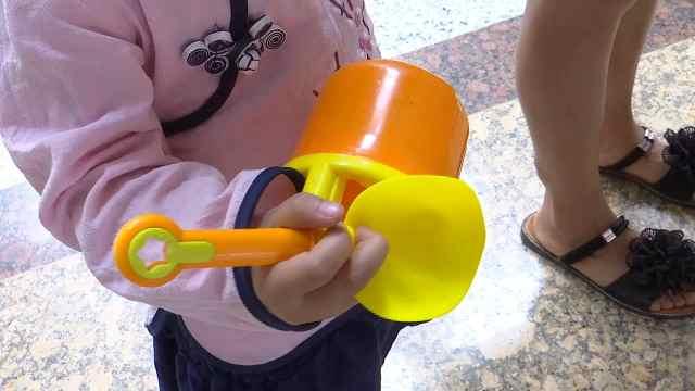 玩具卡住手指,家长要提高安全意识