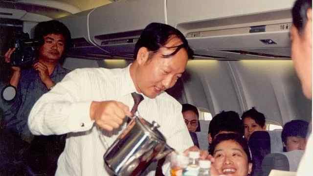 海航庆26周年:董事长陈峰再当空乘