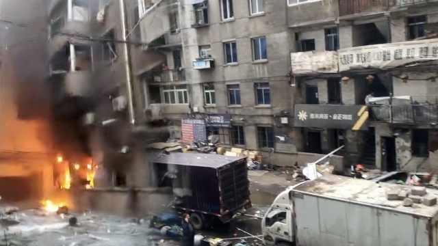 居民楼爆燃,4人受伤对面楼玻璃震碎