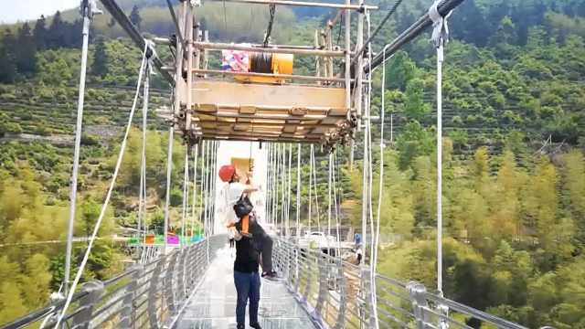 玻璃桥蜘蛛侠:百米高作业,桥顶用餐