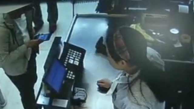 他丢手机没密码,2人捡到盗刷狂购物