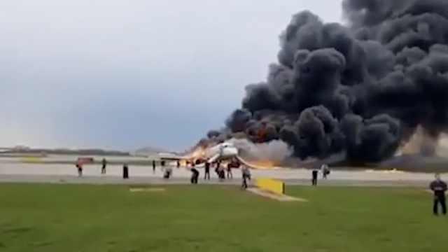 俄一客机迫降时起火,已有41人遇难