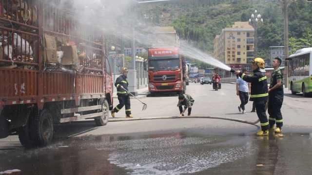 货车起火开到消防队,消防15秒出警