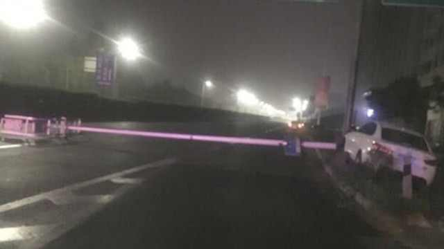 和女友吵架后,他开车撞灭1排路灯