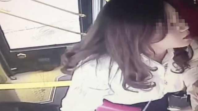 一泡尿引争执,女子抢夺公交方向盘
