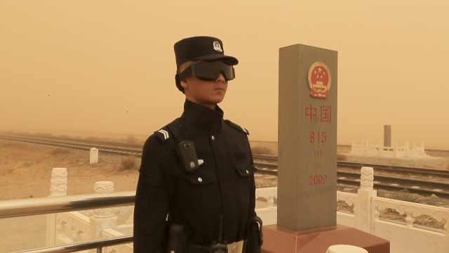 最强沙尘暴来袭!民警执勤被吹变形