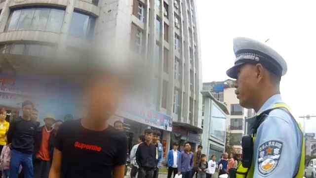 酒驾超员还无证,男子挑衅交警被拘