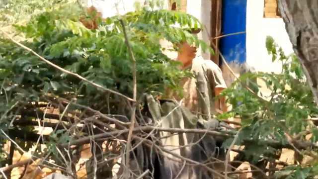 工作人员劝村民拆危房建新房被打伤