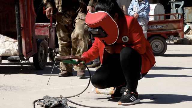 为供2孩读书,农妇扎在男人堆学电焊