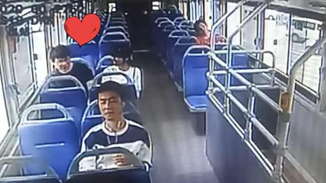 他爱情公交碰运气,遇女同学秒牵手