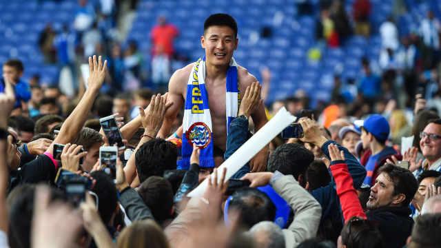 骄傲!武磊助球队进欧联,被球迷举高