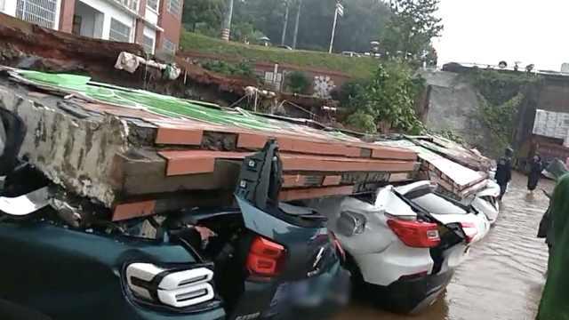 学校围墙暴雨中倒塌,11辆小车被砸