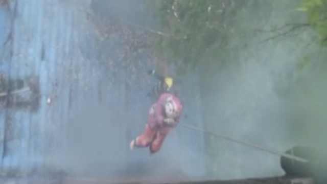 大火中6人困楼顶,消防高空生死救援