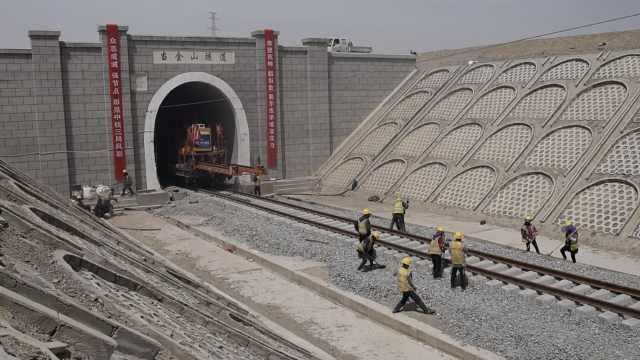 中国之最!穿断层最长隧道铺轨贯通