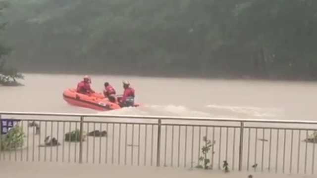 强降雨致村庄被淹,消防解救38人