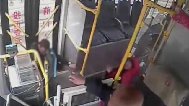 他打司机致公交急停,女友滑铲摔伤
