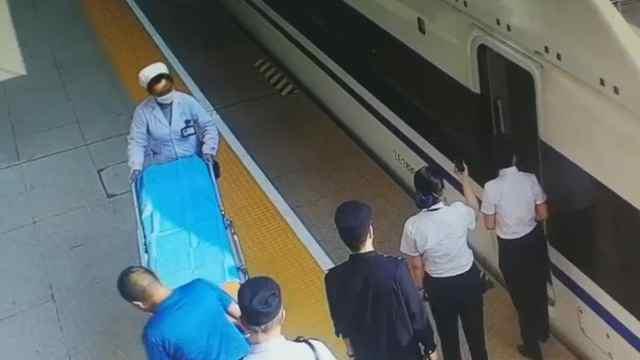 旅客突发心脏病,高铁列车紧急停靠
