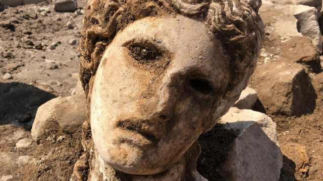 考古学家罗马挖出两千年前酒神头像