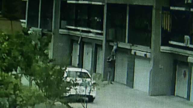 男童头卡防盗窗脚悬空,8人共同托举