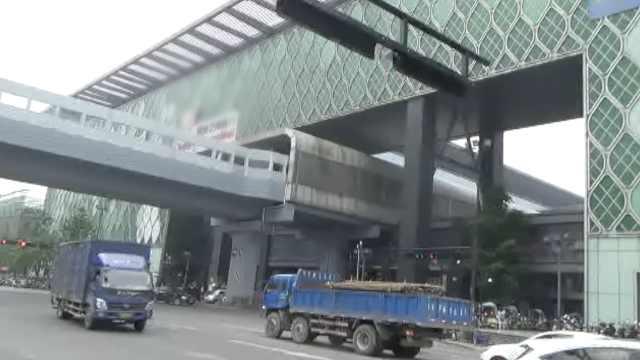 杭州穿楼地铁引热议,市民打卡:稀奇