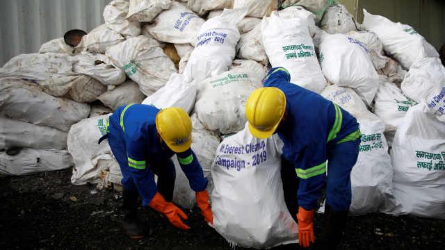 攀登季结束,珠峰清理出11吨垃圾