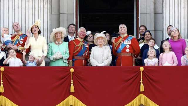 英国女王93岁庆生:象牙色套装现身