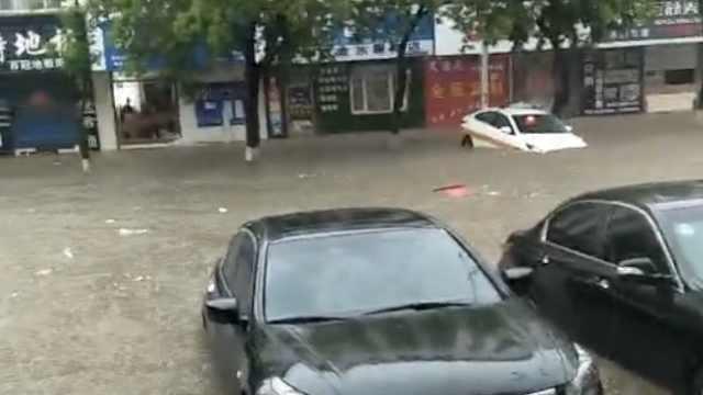 鹤岗大雨街道变大河,车辆顺水漂流