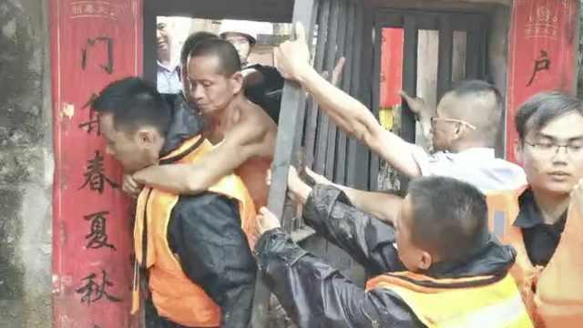 洪水围困村庄,消防徒步背出200人