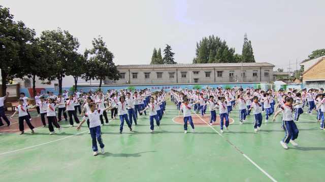 200小学生课间跳鬼步舞,校长领舞