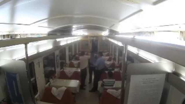 他火车上喝一斤白酒,袭警后被刑拘