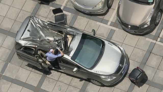 男子23楼坠下砸凹小车,司机在车内