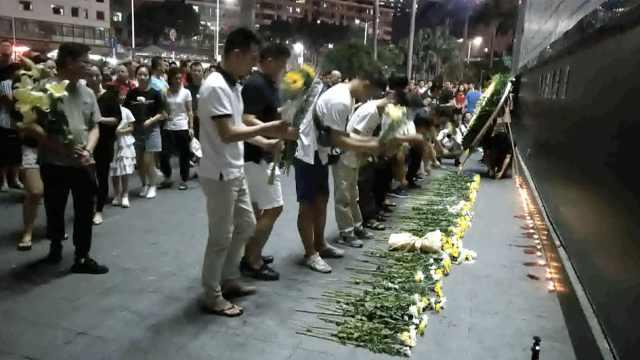 男童被窗户砸倒离世,市民献花哀悼