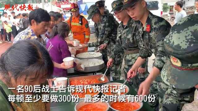 武警官兵在四川长宁震后为群众做饭