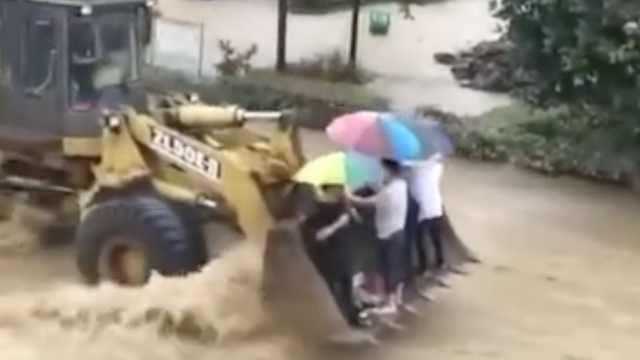 铲车哥霸气操作,洪水中转移5村民