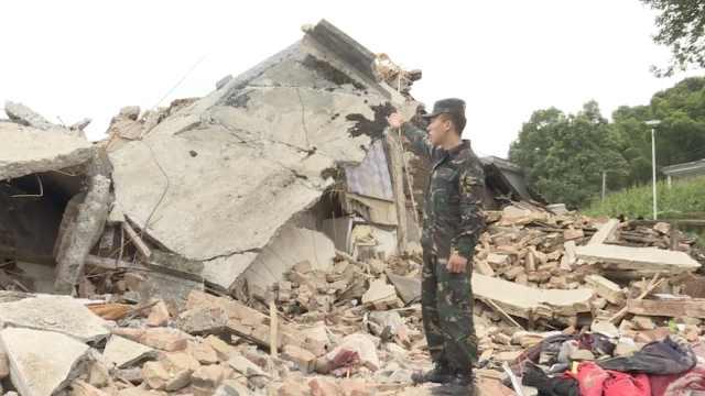 军人探亲遇地震,父开车送震中救援