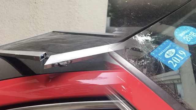 6楼坠窗砸裂奥迪车玻璃,房子没人住
