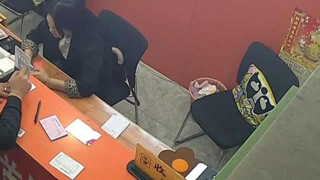 监控回放: 收银员被当面偷换收款码